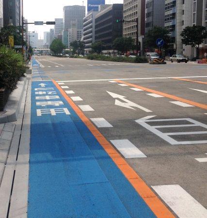 変わりゆく新しい道路づくり~自転車専用レーン~